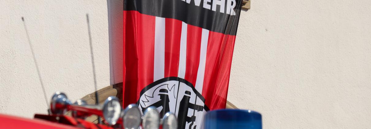 Blaulicht und Feuerwehr-Banner