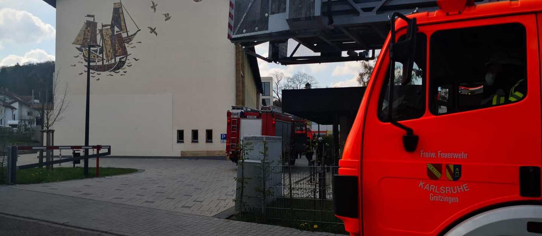 Drehleiter Feuerwehr Grötzingen vor Augustenburgschule